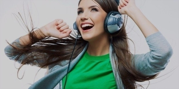 19058 happy girl listening to music 1366x768 music wallpaper