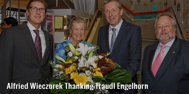 alfried wieczorek thanking traudl engelhorn
