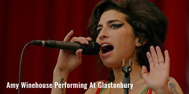 amy winehouse performing at glastonbury