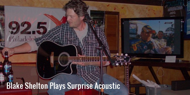 blake shelton plays surprise acoustic