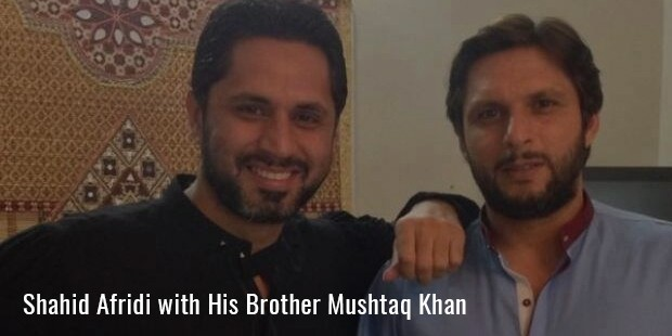 shahid afridi with his brother mushtaq khan