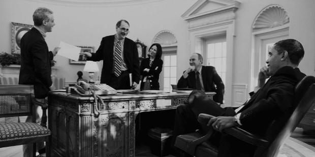 feb19 axelrod obama sitting by pete souza
