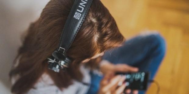 girl listening music 1236  1