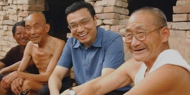 li keqiang with villagers during a visit to xinxiang, henan province, in 2003