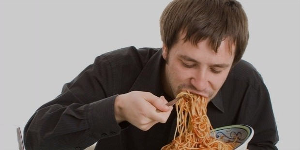 man eating spaghetti foods make you hungrier