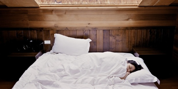 7 Tips to Fall Asleep Faster in New Place