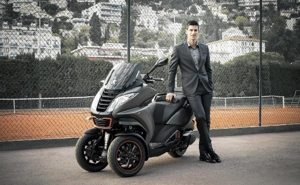 Novak Djokovic WIth El nuevo Honda Scoopy