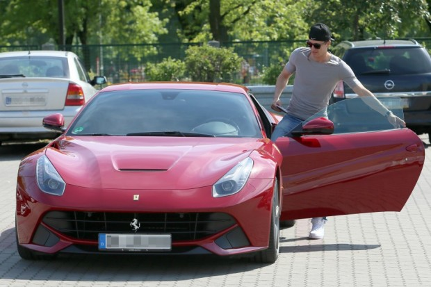 Lewandowski getting into his Ferrari F12