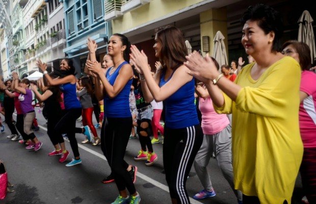 Pia Wurtzbach with Her Mother in a Flashmob