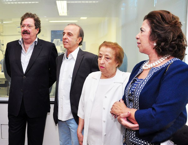 Jose Luis Cutrale and his wife seeing the facilities at cancer hospital