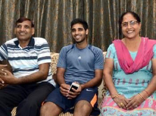 Bhuvi with his mother Indresh Singh and father Kiran Pal Singh
