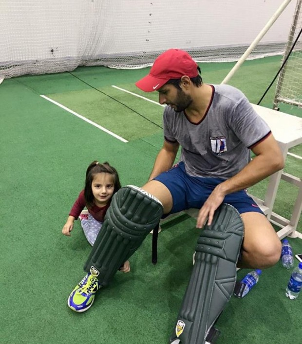 Afridi's daughter helphing her father's pads
