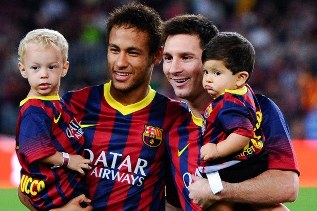 Neymar and his son poses with Messi and his son