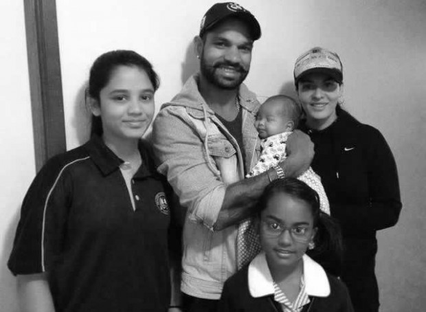 Family photo of Shikhar Dhawan with his WIfe, Daughters and Son