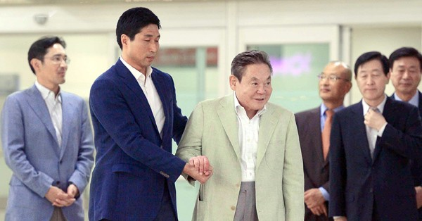 Samsung Electronics Vice Chairman Lee Jae-yong, left, escorts his father and Samsung Electronics Chairman Lee Kun-hee