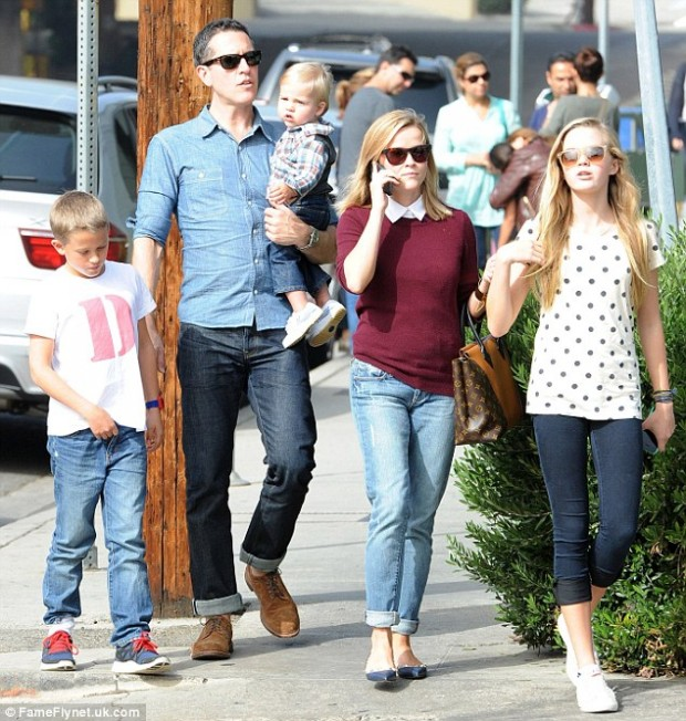 Reese Witherspoon with her Husband and her Kids