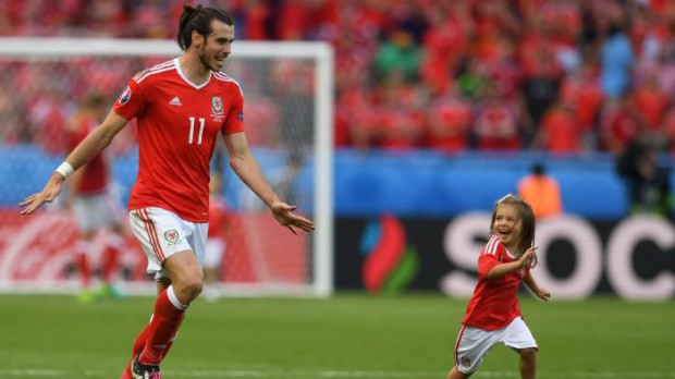 Gareth Bale playing with his daughter