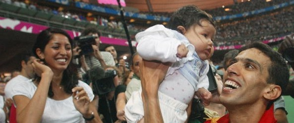Hicham El Guerrouj celebrating with his kid