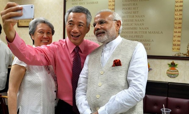 Singaporean Prime Minister Lee Hsien Loong takes selfie with Narendra Modi