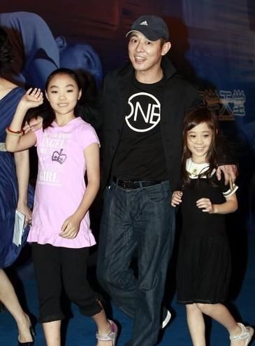 Jet Li with his daughters