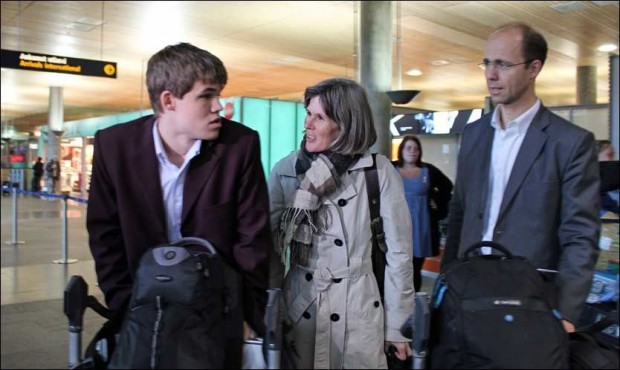 Magnus Carlsen with his parents at airport