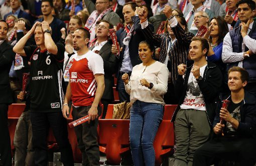 Mario Götze and brother Fabian watching a Basketball game