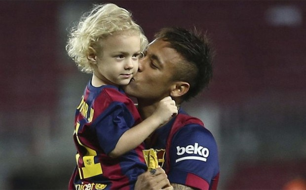 Brasil Footballer Neymar kissing his son