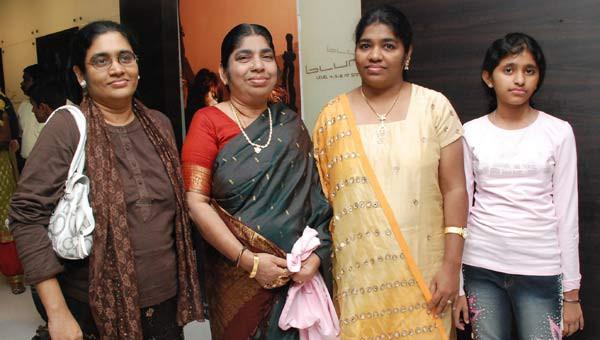 Rahman's mother at Slumdog Millionaire premiere in Chennai