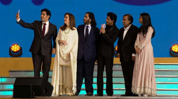 Shahrukh Khan with Mukesh Ambani Family at Jio Launch
