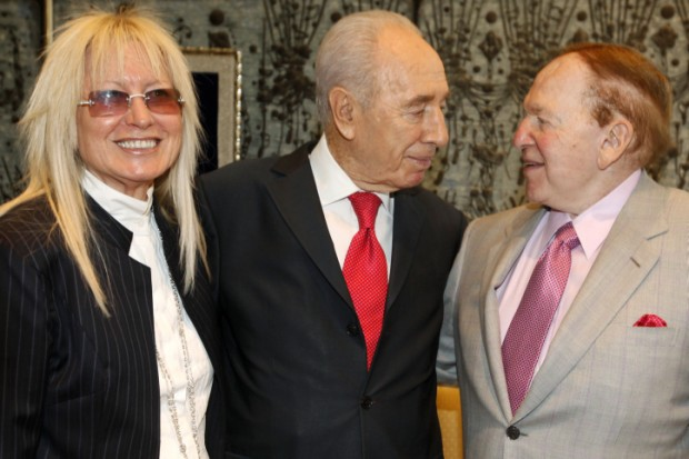 Sheldon Adelson and his wife with Israeli President Shimon Peres