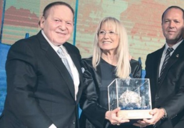 Jerusalem mayor Nir Barkat presents award to Sheldon Adelson and wife Miriam