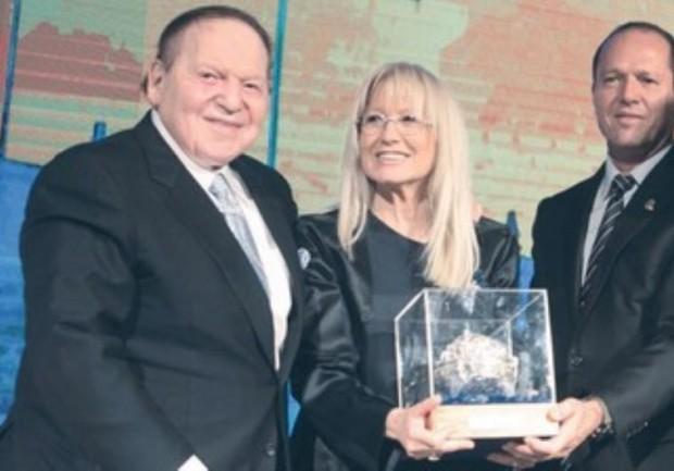 Jerusalem mayor Nir Barkat presents award to Sheldon Adelson and wife Miriam