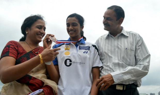 Sindhu with her parents showing her Bronze medal of World Championship