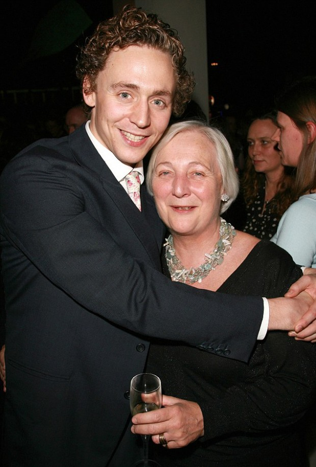 Tom with his mom Diana Hiddleston at Othello press meet