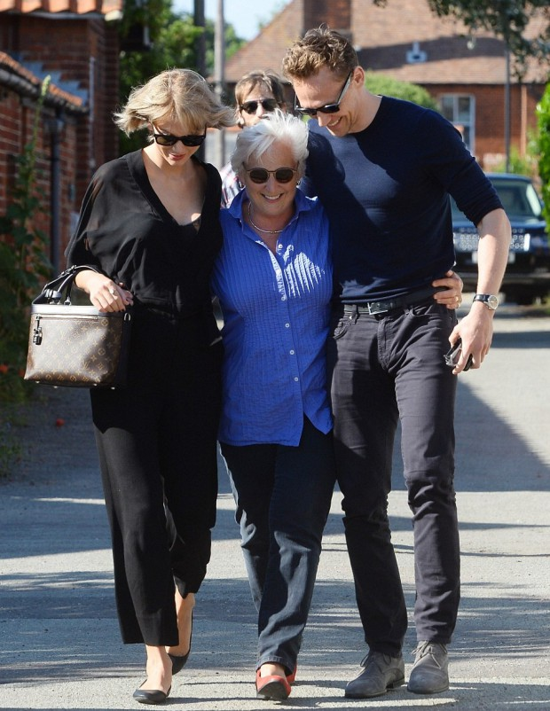 Taylor Swift helping tom's mom along with tom