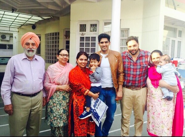 Vijender with his family memebrs