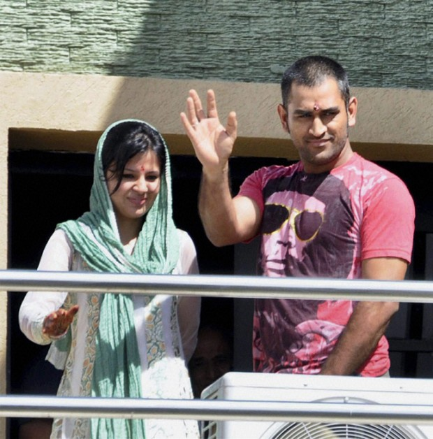 Dhoni Weaving His Hands to fans From His Balcony