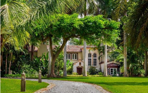 Beautiful lawn in the Miami Home