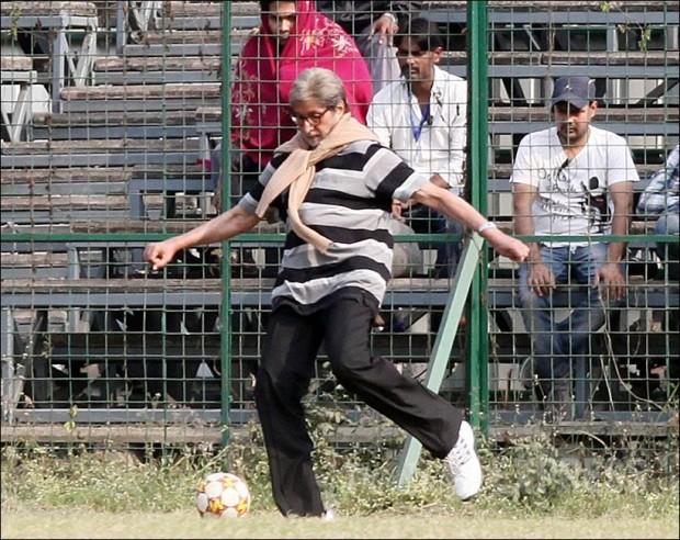Amitabh playing football in Kolkatta