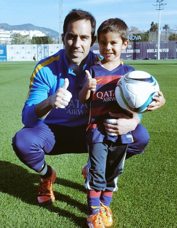 Claudio Andres Bravo Munoz with a kid fan