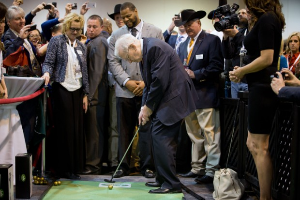 Warren Buffett Playing Golf at 2013 Berkshire Hathaway shareholders meeting
