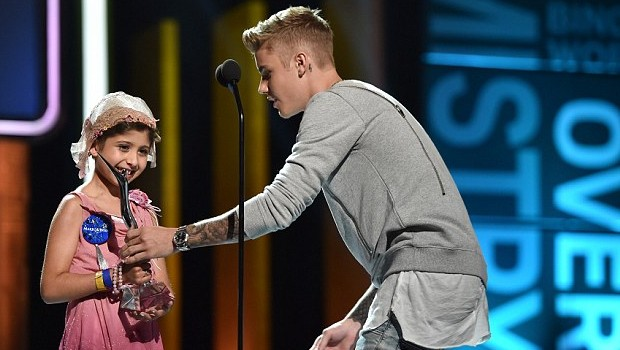Justin Receiving Young Hollywood Award From Make A Wish recipient Grace Kesablak