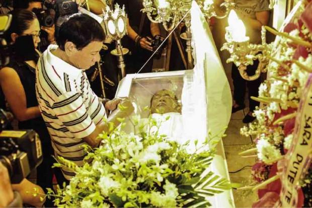 Rodrigo at wake of Leoncio Pitao