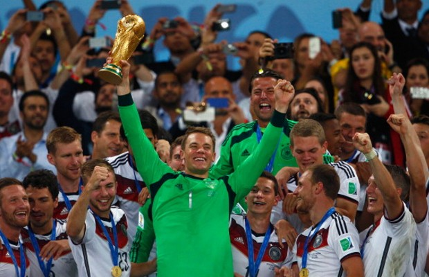 Manuel Neuer with World Cup along with teammates
