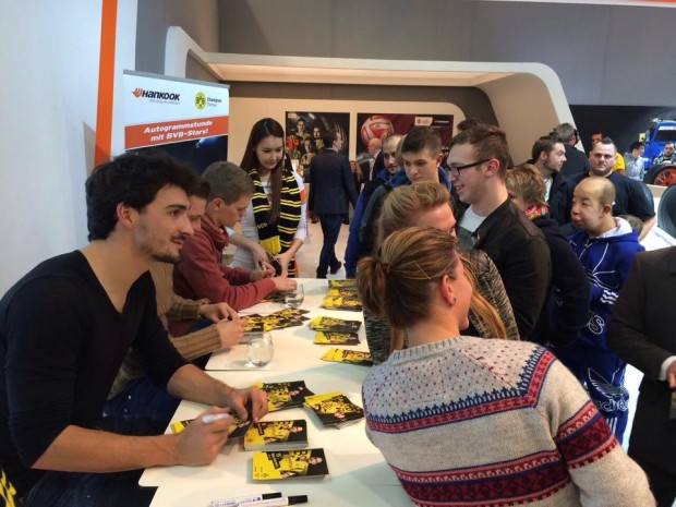 Mats Hummels signing autographs to fans