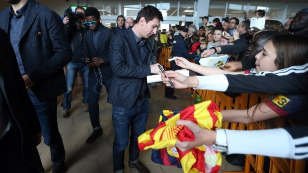 Messi signing autographs to his fans