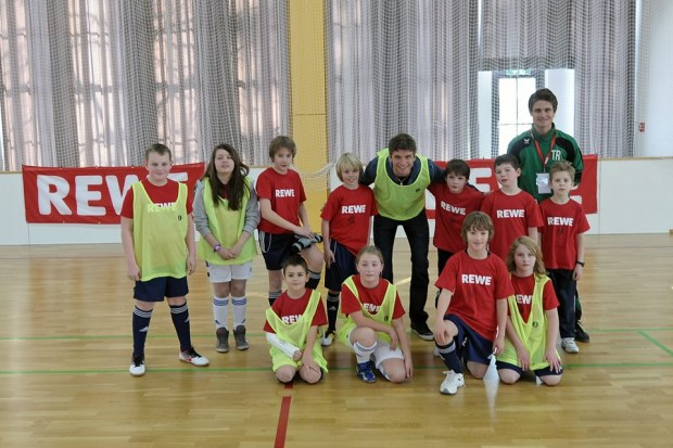 Muller with kids from REWE-Meet Your Idol