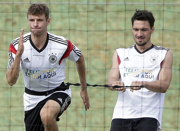 Thomas Muller with Mats Hummels during practice