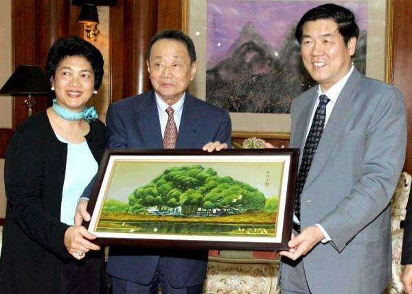 Robert Kuok with an Art
