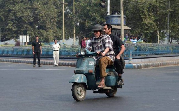 Amitabh riding a scooter along with Nawazuddin Siddiqui during a filmshoot